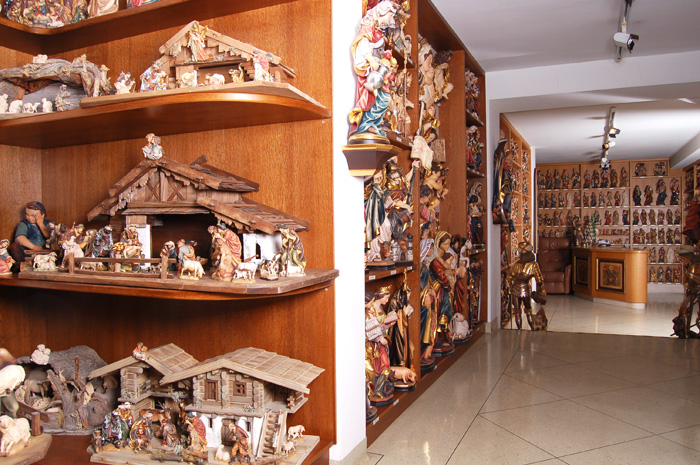 Retailing wood carvings